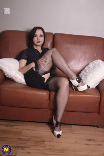 Hairy mom Wanilianna loves playing with her pussy
