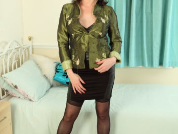Hot MILF Karina Currie is ready to play